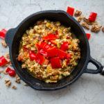 Seidentofu, Räuchertofu und Tofu natur statt Rührei in einer gusseisernen Pfanne