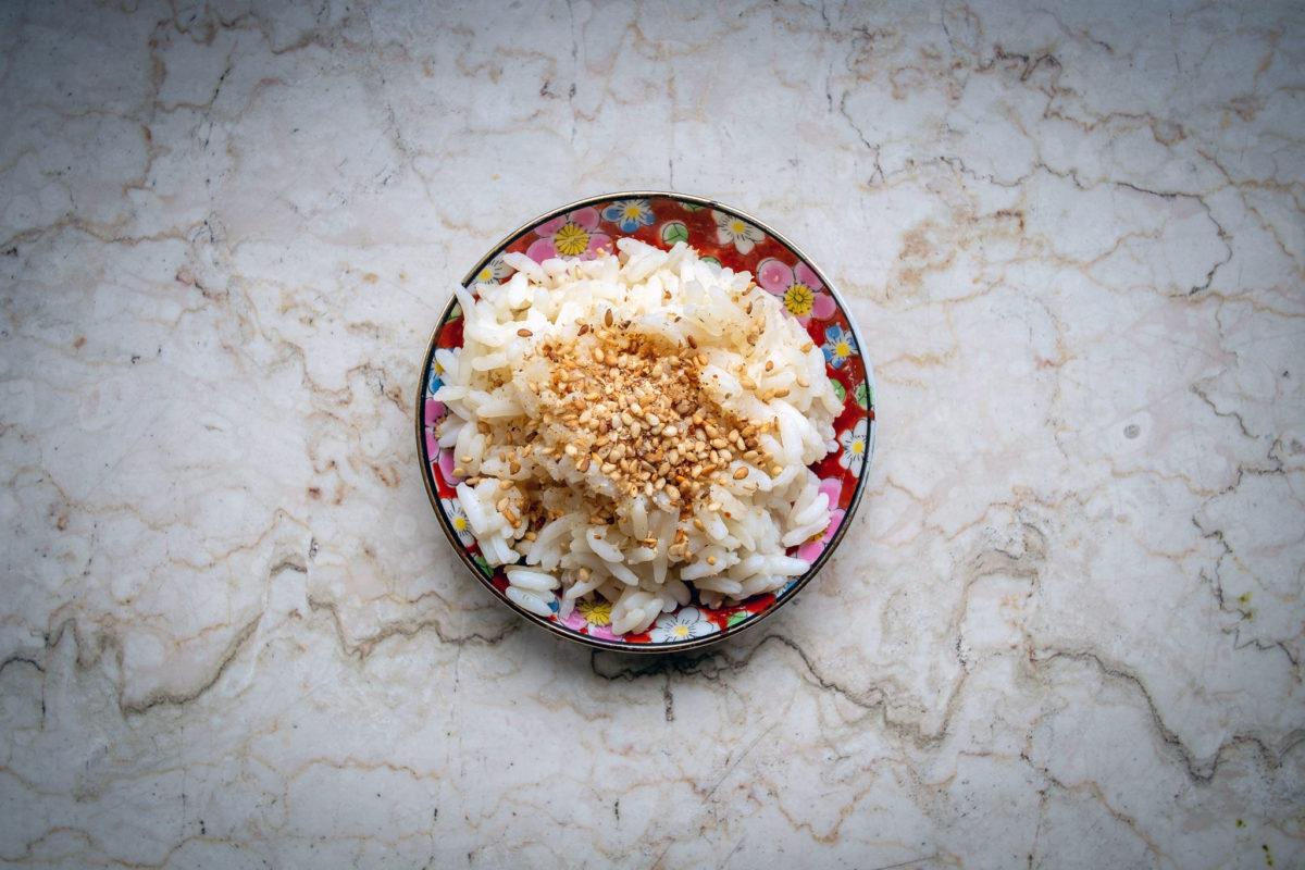 Gomashio Gewürzmischung auf kleinem Teller mit Reis