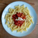 Nussmatenudeln - Teller mit Spirelli an Tomatensouce mit Erdnüssen