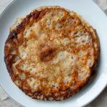 Eierkuchen, Palatschinken, Flädle oder Eierpuffer - sie alle bezeichnen ein mehr oder weniger einfaches Grundrezept - hier knuspirg braun gestapelt auf einem Teller